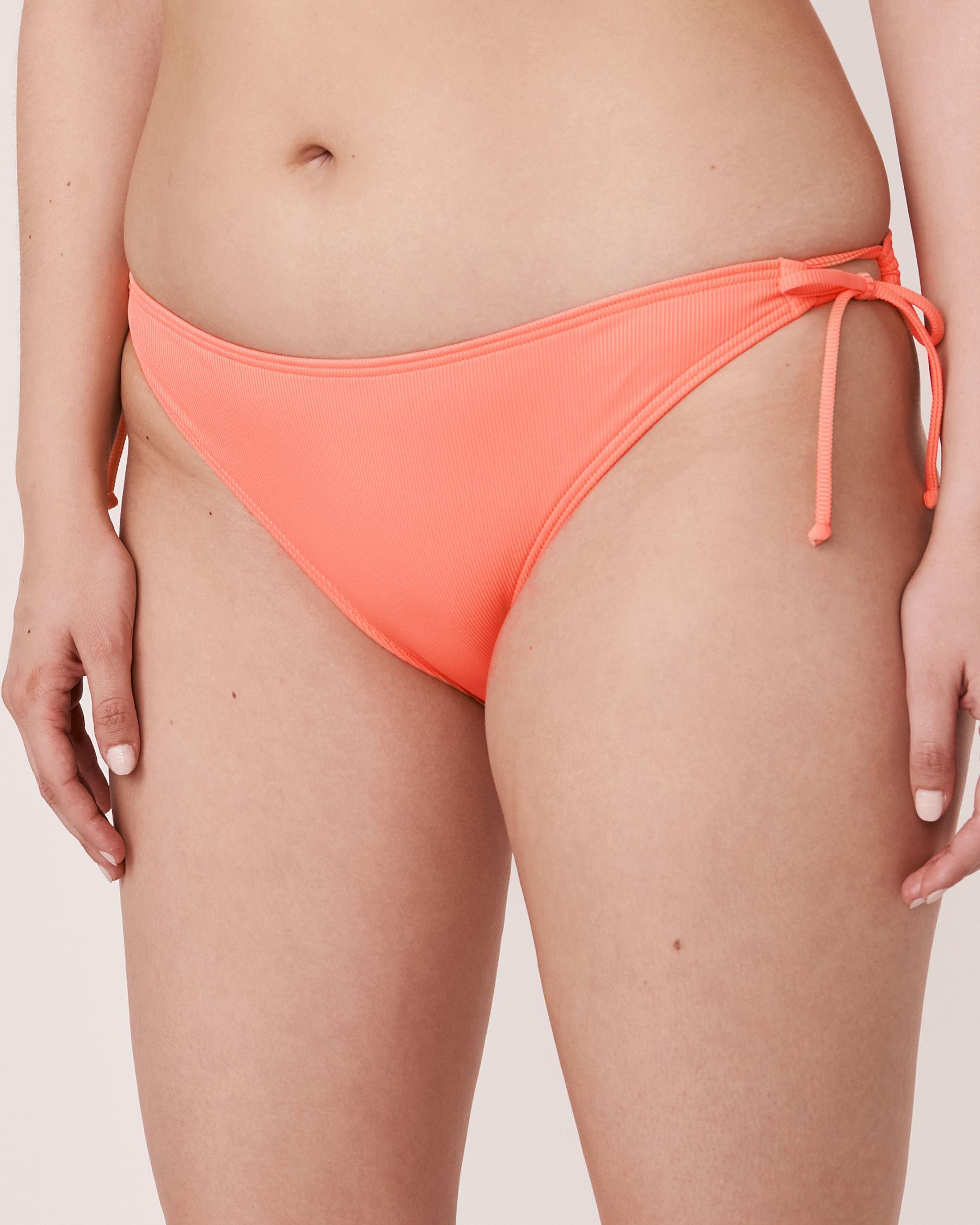 AQUAROSE Bas de bikini brésilien en fibres recyclées SOLID RIB Corail 70300052 - Voir1