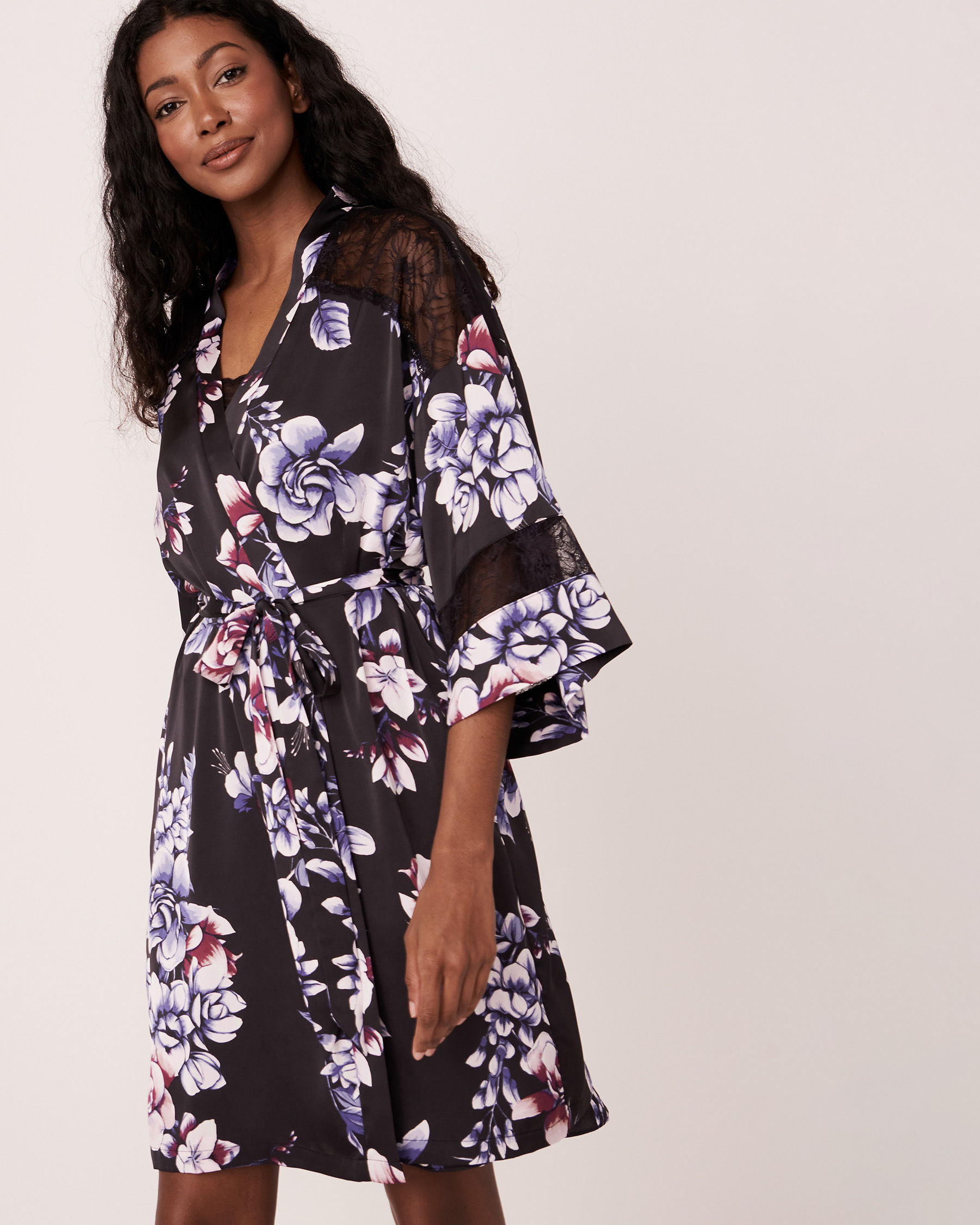 LA VIE EN ROSE Kimono en satin garniture de dentelle Fleurs aquarelles 60600007 - Voir2