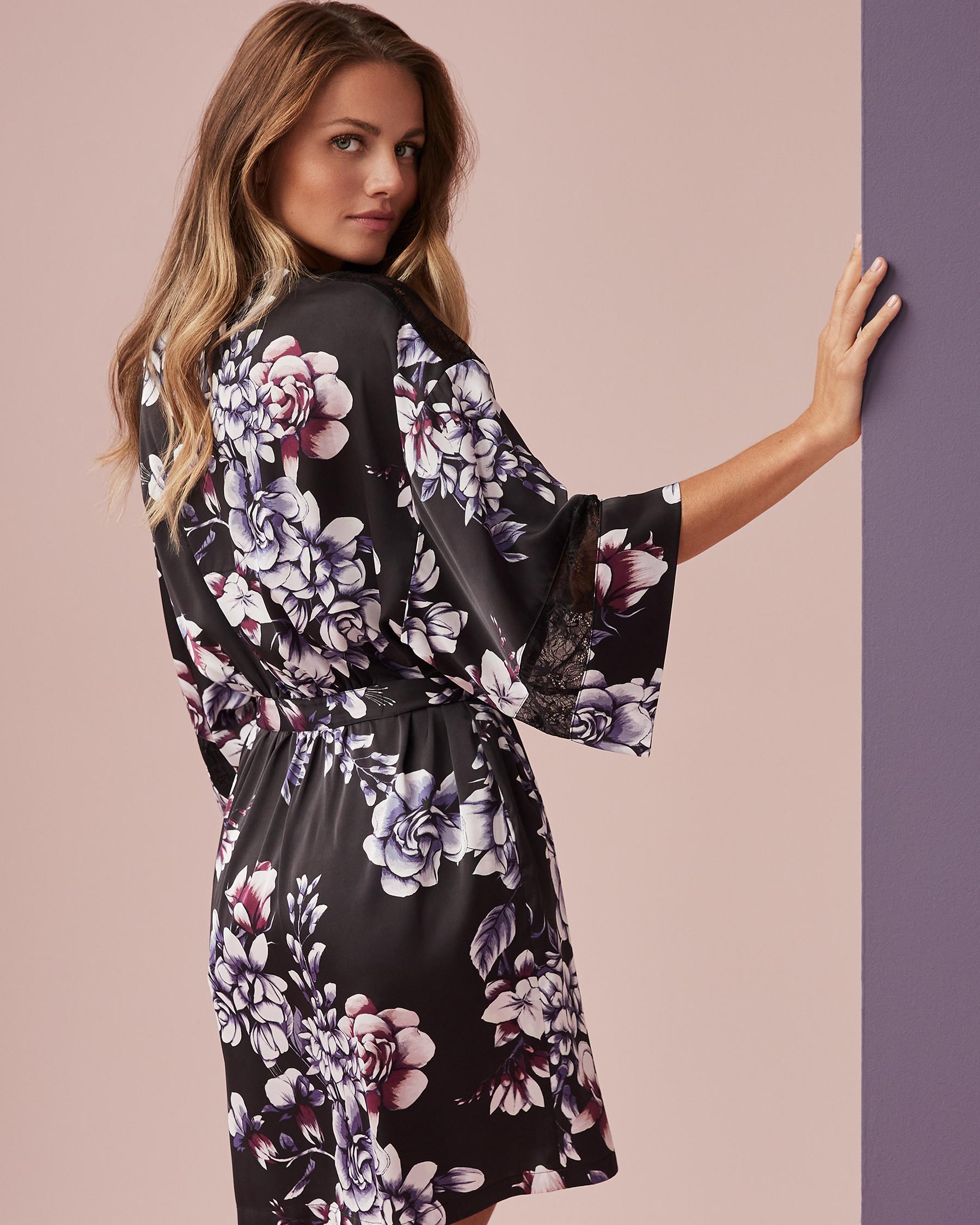 LA VIE EN ROSE Kimono en satin garniture de dentelle Fleurs aquarelles 60600007 - Voir1